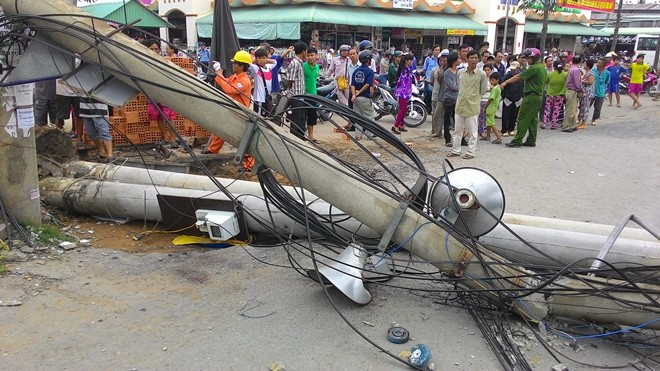 Trụ điện cao thế bất ngờ đổ sập, người đi đường tháo chạy