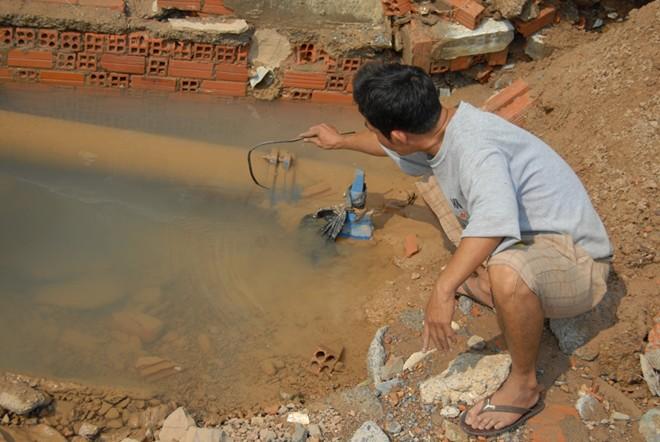 Đường ống bể, nước tràn vào nhà dân giữa khuya