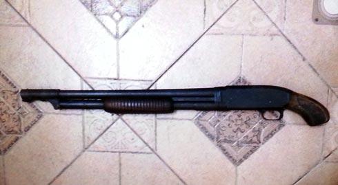 Một trong ba khẩu súng bị công an thu giữ.