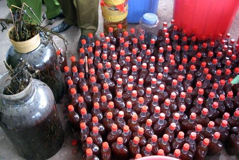 Trên sân thượng có nhiều chai nhỏ được san ra để bán. Ảnh: Hà Anh.