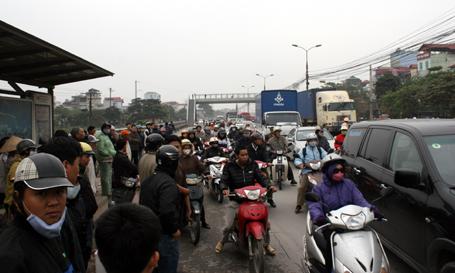 Vụ tai nạn xảy ra vào đầu giờ sáng khiến giao thông khu vực này ùn ứ.