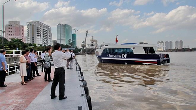 Trong số đó có 3 tàu loại 60 chỗ ngồi, 3 tàu loại 80 chỗ ngồi và 4 tàu loại 150 chỗ ngồi. Ngoài ra, công ty Greenline DP sẽ đầu tư thêm 40 chiếc tàu cùng loại để khai thác trên nhiều tuyến khác trên cả nước.