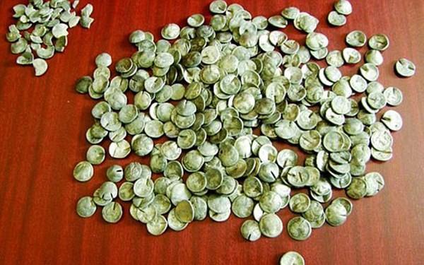 Dù được làm rất tinh vi và có giá trị lịch sử vào thời nay, nhưng đây thực chất là những đồng tiền giả và bị cấm lưu hành.