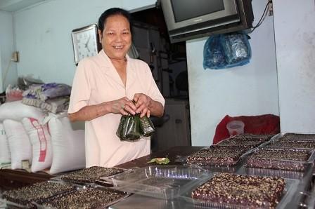 Hàng ngày, bà Nguyễn Thị Mai mưu sinh bằng bán bánh gò và xôi vị.