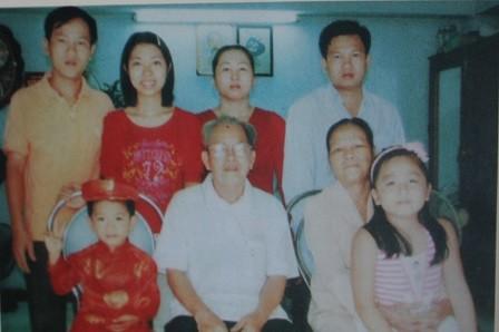 Vợ chồng bà Nguyễn Thị Mai và ông Mười Kiều đang sống rất hạnh phúc bên các con và các cháu nội.