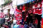 Thị trường đồ Giáng sinh: Sức mua tăng từng ngày, mỗi ngày tiếp hàng trăm khách