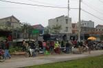 Tranh thủ tạnh mưa, người dân đổ xô đi sắm Tết