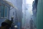 Nhà trong hẻm bốc cháy, dân tháo chạy tán loạn