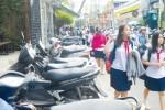 'Cuộc chiến' đòi vỉa hè cho người đi bộ tại TP.HCM: Đi bộ ở đâu?