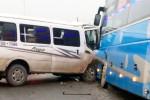 Ôtô 15 chỗ biến dạng sau cú đâm xe khách chở 20 người