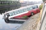 Ôtô khách lao xuống kênh ở Sài Gòn