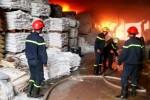 Cháy rụi nhà xưởng sản xuất sơn ở Hóc Môn