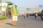 Người đàn ông 6 năm đi bộ hút đinh, giúp người thành phố 'né' đinh tặc