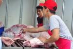 Chen nhau mua thịt giá rẻ 'giải cứu' heo ở Đồng Nai