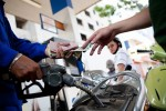 Giá xăng giảm hơn 300 đồng một lít từ 15h
