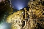 Lắp thang vượt 'Bức tường Việt Nam' trong hang Sơn Đoòng