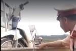 Chui gầm xe ăn vạ: CSGT mua sữa, bánh mì cho ăn