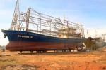 Sửa chữa tàu vỏ thép hư hỏng: Làm ngày không xong thì phải làm đêm