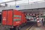 Xe tải tông đổ thanh chắn, kẹt trong gầm cầu