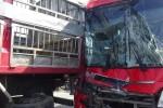 Hàng chục hành khách trên xe giường nằm thoát chết sau va chạm với xe tải