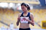 """Biểu hiện """"lạ"""" của nhà vô địch Lê Tú Chinh sau khi về nhất vòng loại 200m"""