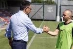 """Iniesta lột """"mặt nạ"""" của chủ tịch Bartomeu"""