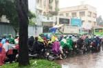 TP.HCM: Mưa lớn sáng đầu tuần, giao thông ùn ứ