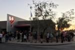 Người Mỹ xếp hàng cả đêm chờ hiến máu cứu nạn nhân vụ xả súng