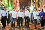 Bí thư Thành ủy TP.HCM trò chuyện cùng du khách nước ngoài ở phố đi bộ