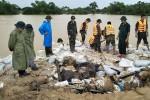 Lao cả máy xúc ngăn vỡ đê sông ở Thanh Hóa