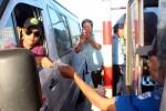 Tài xế đưa tiền lẻ, đòi thối 100 đồng ở trạm BOT Biên Hòa