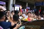 Hoa hậu H'Hen Niê đeo dải băng đỏ ủng hộ bệnh nhân HIV ngay khi xuống sân bay