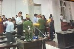 Nhiều người tới ôm, bắt tay thăm hỏi ông Đinh La Thăng