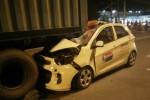 Taxi tông đuôi xe container đậu giữa đường, tài xế chết thảm