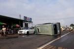 Xe khách lộn nhiều vòng trên quốc lộ, 3 người thoát chết
