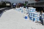 Hàng trăm thùng sơn văng khỏi ôtô, quốc lộ qua Sài Gòn kẹt 4km