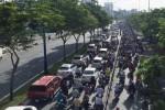 Cửa ngõ phía Tây Sài Gòn kẹt cứng vì xe đông lạnh bị nạn