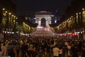 Người Pháp đổ ra đường ăn mừng chiến thắng trước Bi