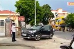 Bảo vệ cầm kiếm phá ôtô để trả đũa tài xế