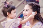 Đồng nghiệp đưa con gái Mai Phương vào bệnh viện đón sinh nhật bên mẹ
