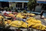 Tang thương người Indonesia nhận dạng, tìm kiếm người thân giữa những thi thể nằm la liệt