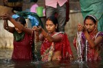 Người phụ nữ Ấn Độ bị cưỡng hiếp khi tắm ở sông Hằng