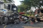 Hai xe container đối đầu kinh hoàng, cuộn thép 30 tấn văng xuống đường