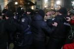 Người biểu tình phản ứng dữ dội, đốt lửa, ném bom khói bên ngoài Đại sứ quán Nga ở Ukraine