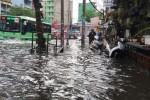 Sáng nay TP.HCM nhiều nơi ngập sâu, kẹt xe kinh hoàng