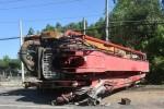 Quăng xe bỏ chạy khi xe cẩu nổ lốp lật nhào, đè nát xe máy