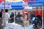 Người đàn ông cầm gậy xua đuổi nữ CSGT phát nước miễn phí cho dân
