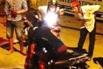 Người đàn ông bị đâm gục chết trên xe máy ở Sài Gòn