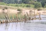 Người dân Huế đóng cọc tre trên sông ngăn tàu thuyền khai thác cát