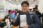 Đổ xô mua điện thoại 5G đầu tiên tại Mỹ